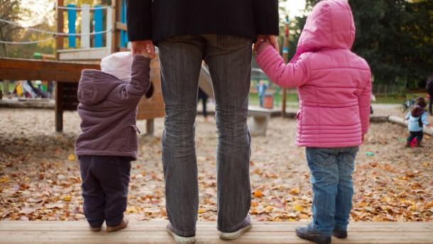 Elternzeit - Drei Väter aus Frankfurt sprechen mit Philipp Krohn über ihre Erfahrungen mit einer mehr als einjährigen Elternzeit.