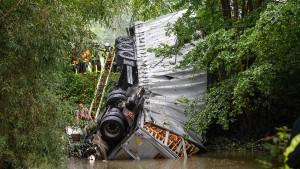 LKW-Fahrer nach Sturz in die Kinzig tot geborgen