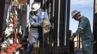 Arbeiter auf einem Ölfeld in Texas