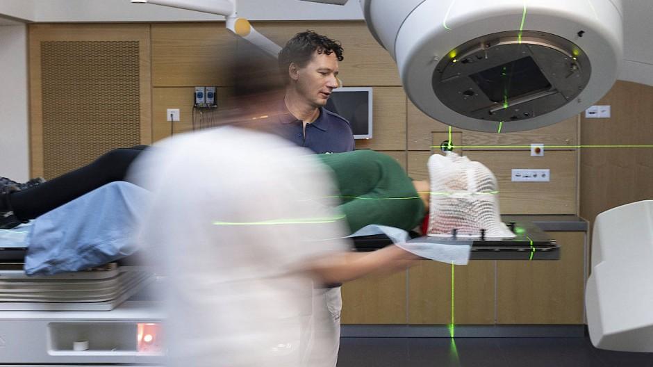 Bestrahlung ist eine Behandlungsform von Krebserkrankungen (nachgestellte Szene)