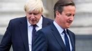 Der frühere britische Premierminister David Cameron (rechts) rechnet deutlich mit Boris Johnson ab.