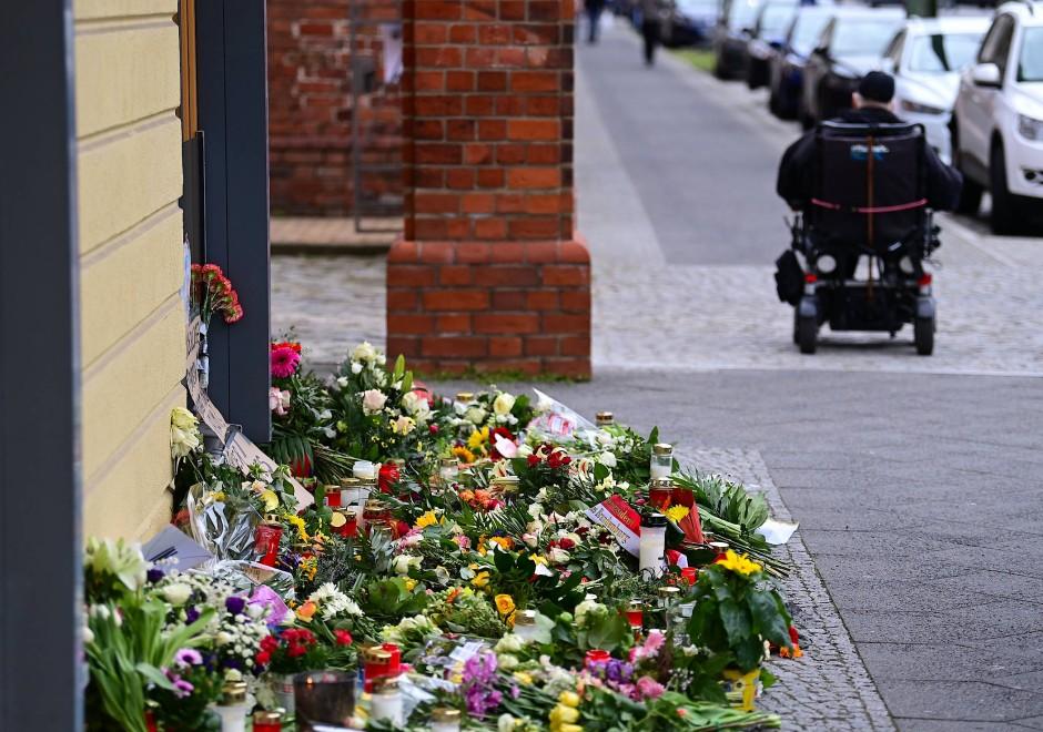 Blumen, Kerzen und Plakate liegen vor dem Babelsberger Oberlinhaus, in dem vier Bewohner getötet wurden.