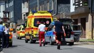 Rettungsdienste und Polizisten nach dem Familiendrama in Altenfeld