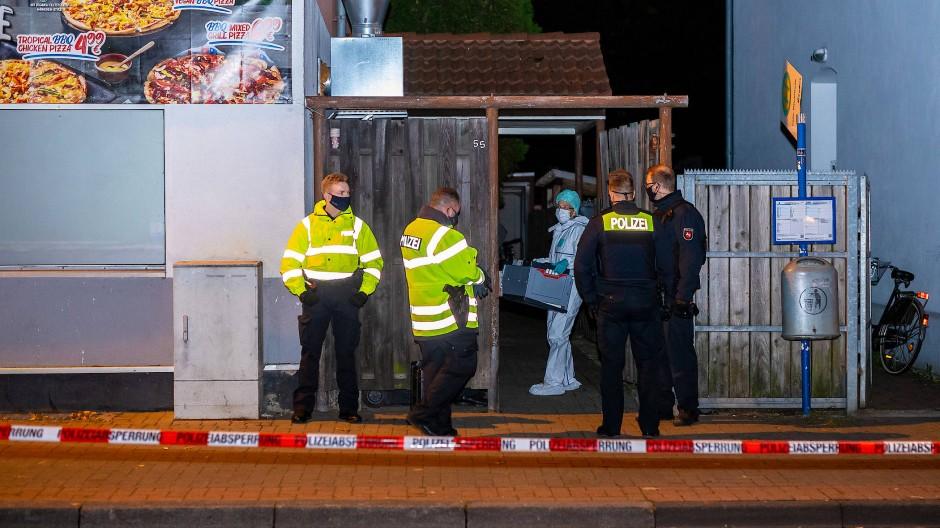 Celle: Polizisten und eine Mitarbeiterin der Spurensicherung stehen vor einem Haus, in dem ein Tötungsdelikt stattgefunden haben soll.
