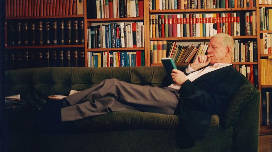 Die Buchreihe mit den markanten Rückenschildern und ihr Herausgeber, der am Montag neunzig Jahre alt wird, auf dem heimischen Sofa