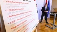 Österreichs Bundeskanzler Christian Kern (SPÖ) mit einer Auflistung von Neuerungen
