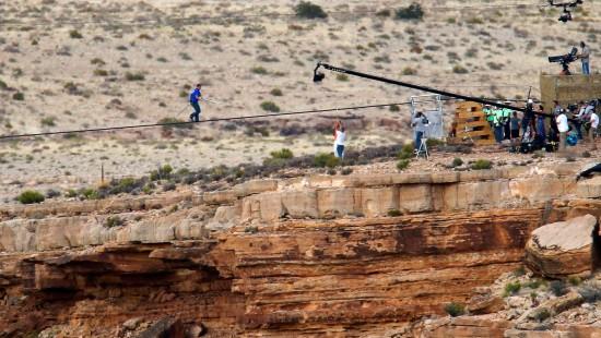 Hochseilartist überquert Grand Canyon