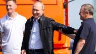 Macht lukrative Geschäfte: der Unternehmer Arkadij Rotenberg (rechts) im Mai 2018 mit Wladimir Putin auf der Brücke zur Krim