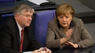 Peter Hintze im März 2013 mit Angela Merkel im Bundestag