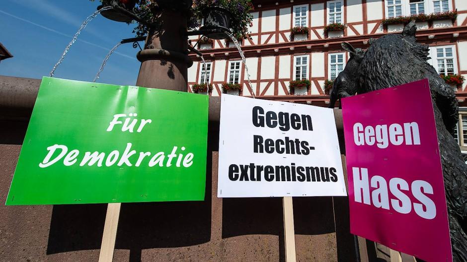 Kampagne gegen Hass und Hetze im Netz: Schilder einer Mahnwache auf dem Marktplatz von Wolfhagen nach dem Mord am Kasseler Regierungspräsidenten Walter Lübcke
