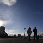 Spaziergang an der Rheinpromenade in Düsseldorf: Trotz Sonnenschein gab es wegen der Pandemie nur wenige Passanten.