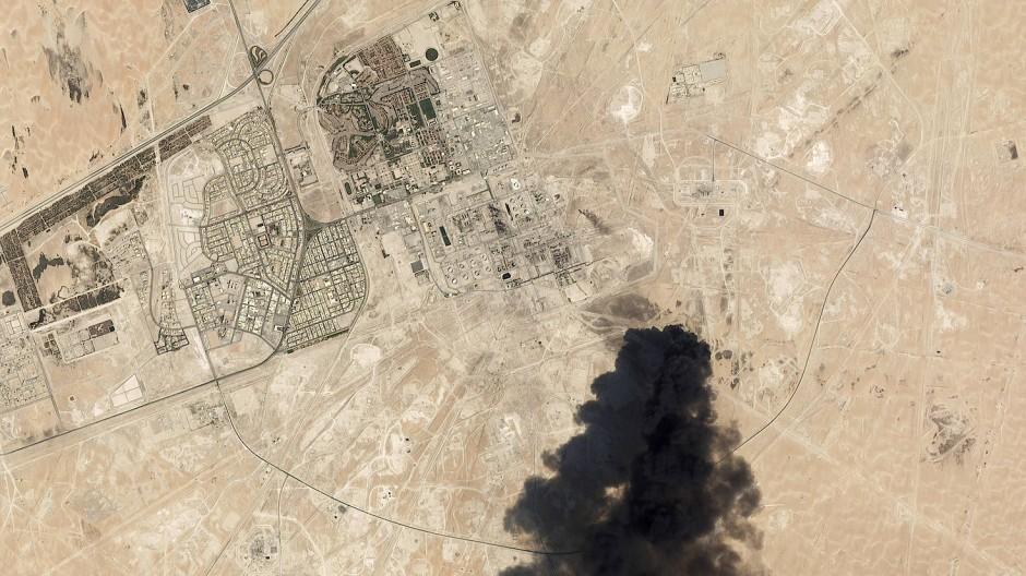 Schwarzer Rauch steigt nach einem Angriff aus einer saudischen Raffinerie auf.