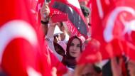 """Demonstration in Istanbul: Nach dem Putschversuch fanden """"Säuberungsaktionen"""" gegen Regierungsgegner statt."""