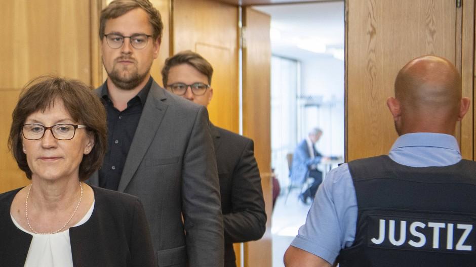 Irmgard Braun-Lübcke, Witwe von Walter Lübcke und ihre Söhne Jan-Hendrick und Christoph Lübcke betreten im Juni 2020 den Gerichtssaal des Oberlandesgericht Frankfurt.
