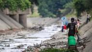 Menschen in Caracas auf der Suche nach Wasser