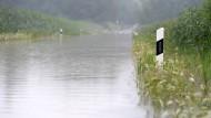 31. Juli 2014. Regenreich verabschiedet sich der Juli im bayrischen Murnau. Aus Straßen werden da scheinbar Flüsse.