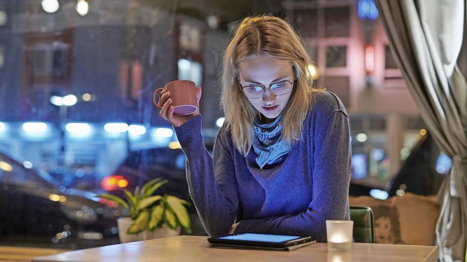Wachsam bleiben: Wer sich im Internet selbst über Aktien und Geldanlage informieren will, sollte besser zweimal hinsehen, woher eine Information stammt.
