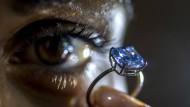 Der Diamanten bei Sotherby's mit 3,03 Karat, wird auf einen Wert von 3.700.000 bis 4.700.000 Millionen Dollar geschätzt – die deutlich günstigere Variante bietet Ina Beissner an.