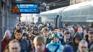 Die Züge in Deutschland sind meist voll und oft unpünktlich. Trotzdem drohen den Bahnkunden immer höhere Preise.
