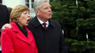 Gauck lässt Weihnachtsbaum leuchten