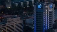 Heimlich, aber nicht still und leise: Das Gebäude der Union Investment in Frankfurt bei Nachteinbruch