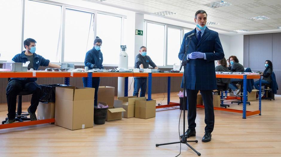 Wünscht sich Solidarität der EU-Partner: Sánchez beim Besuch eines Unternehmens, das Schutzmasken herstellt