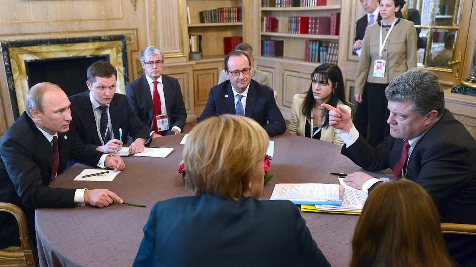 Im ersten Jahr seiner Präsidentschaft: Poroschenko im Oktober 2014 bei den Friedensgesprächen zum Minsker Abkommen mit Merkel, Putin und Hollande.