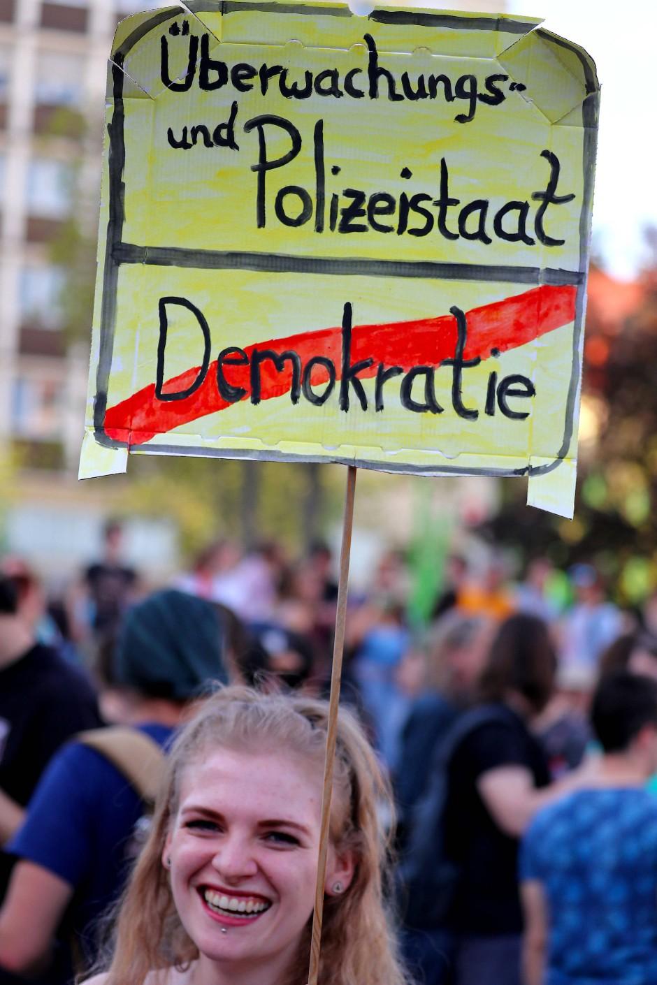 Eine Teilnehmerin einer Demonstration in Nürnberg trägt ein Schild gegen das Polizeiaufgabengesetz.