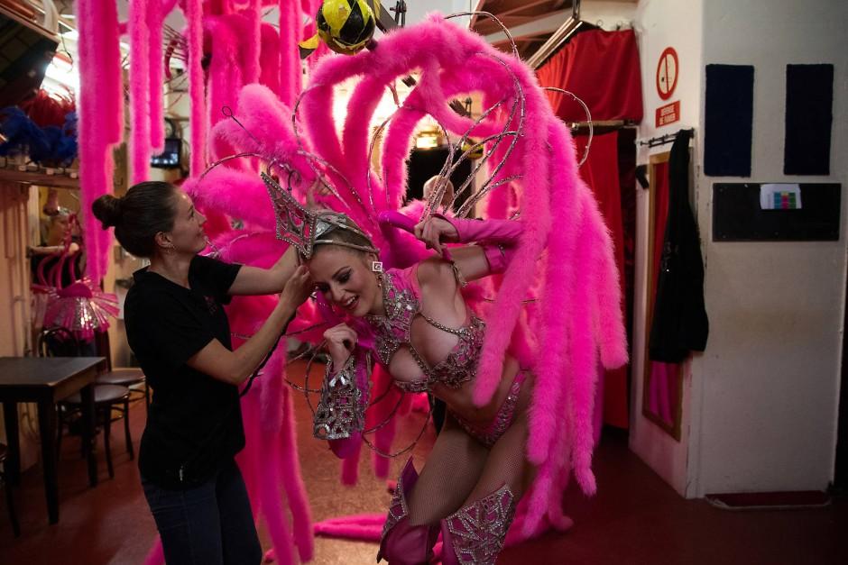 """Im Stück """"Féerie"""" wechseln die Kostüme so schnell wie die Rhythmen. Hier sieht man wie der Tänzerin Megan beim schnellen Umziehen geholfen wird."""