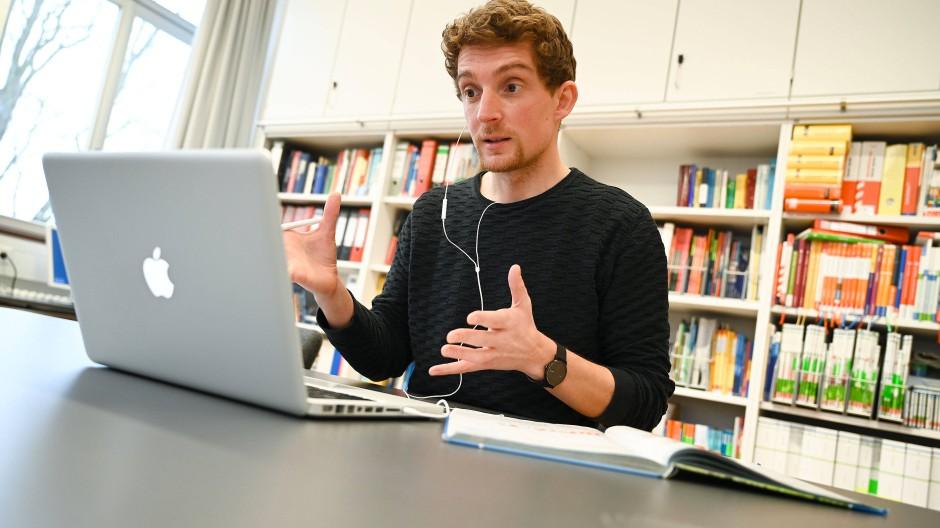 Schule ganz anders: Ein Lehrer unterrichtet am Laptop.