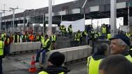 Demonstranten blockieren eine Mautstelle bei Villefrance Sur Saone.