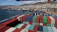 Der Coronavirus bringt die globalisierte Wirtschaft aus dem Takt: chinesische Containerschiff im Hafen von Piräus.