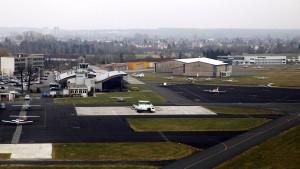 Kleinflugzeug kommt von Landebahn ab