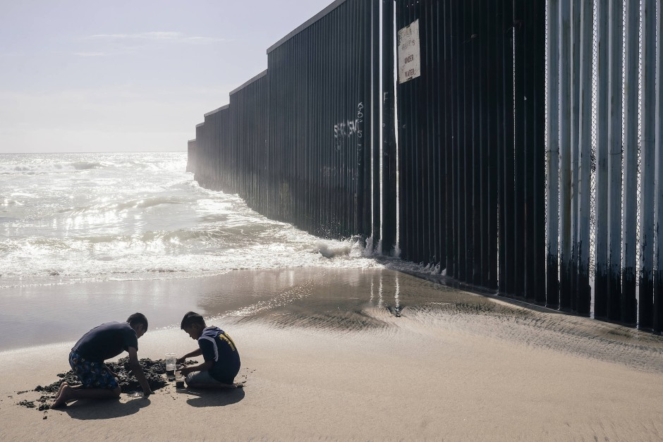 """""""Southern Border"""" - Der Fotograf Jeoffrey Guillemard dokumentiert seit dem Tag, an dem Donald Trump zum Präsidenten gewählt wurde, mittelamerikanische Migranten. Täglich versuchen Migrant/-innen, hauptsächlich aus Guatemala, Honduras und El Salvador, in die USA zu gelangen und so Gewalt, Arbeitslosigkeit und Korruption in ihren Ländern zu entfliehen. Auf ihrem Weg dorthin sind die erschöpften Menschen häufig willkommene Opfer: Sie werden ausgeraubt, vergewaltigt, als Drogenkuriere missbraucht oder getötet. Guillemard wurde mit dem """"Lammerhuber Photography Award"""" ausgezeichnet."""