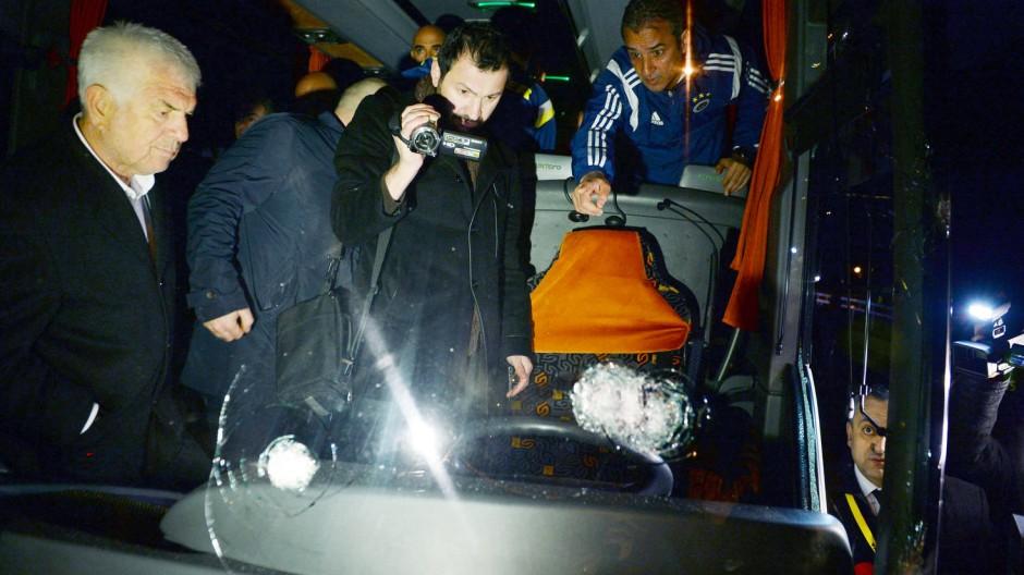 Gegnerische Fans greifen Mannschaftsbus von Fenerbahce an