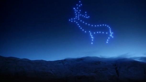 Drohnenschwarm erleuchtet Nachthimmel