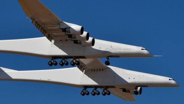 Größtes Flugzeug der Welt hebt erstmals ab
