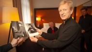 Zeitreise: Elvis-Begleitmusiker Terry Blackwood zeigt alte Fotos, die in dem Hotelzimmer aufgenommen wurden.