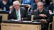 Sprach sich als erster gegen die Grundgesetzänderung aus: Winfried Kretschmann (l., Grüne), Ministerpräsident von Baden-Württemberg, hier mit Innenminister Thomas Strobl (CDU), bei einer Plenarsitzung des Bundesrats im Juli 2018.