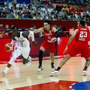 Angeführt von Dennis Schröder (Mitte) gelingt den deutschen Basketballern im letzten WM-Spiel ein Sieg gegen Kanada.