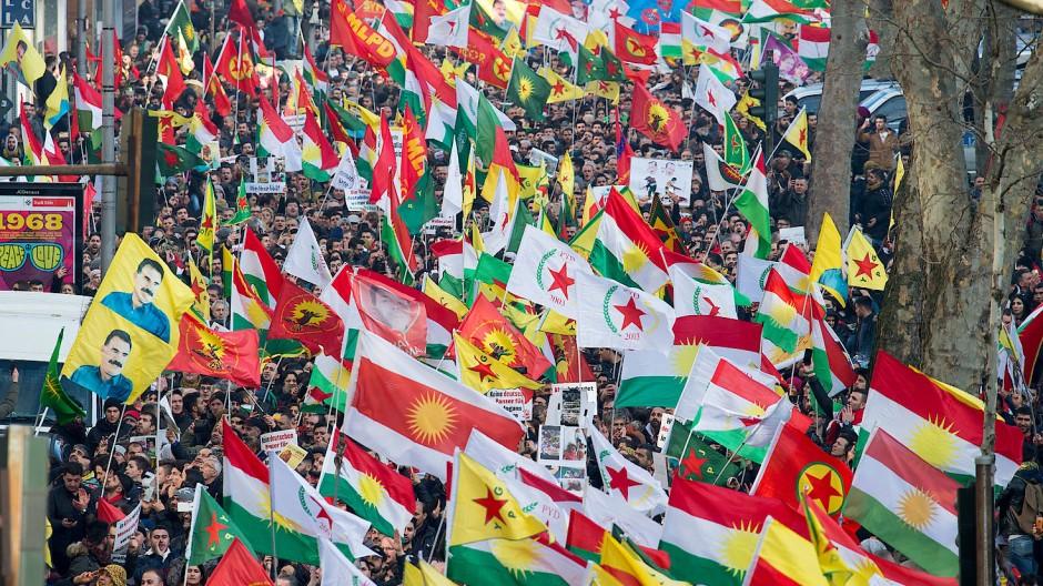 Kurdisches Fahnenmeer: Demonstranten am Samstag in Köln