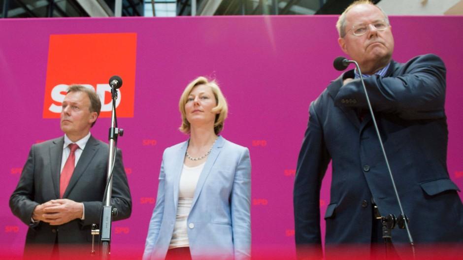 SPD-Kanzlerkandidat Peer Steinbrück  mit den Mitgliedern seines Kompetenzteams, Gesche Joost und Thomas Oppermann, Mitte Mai bei der Präsentation in Berlin