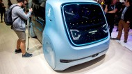 """Das autonom fahrende Fahrzeug """"Cedric"""" steht am Stand von Volkswagen bei der Digitalisierungsmesse Cebit."""