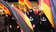 Hooligans demonstrieren im Namen von Pegida
