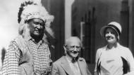"""Mit Jim Thorpe und Lucile Browne: Produzent und Darsteller beim Dreh von """"Battling with Buffalo Bill"""" (1931)"""