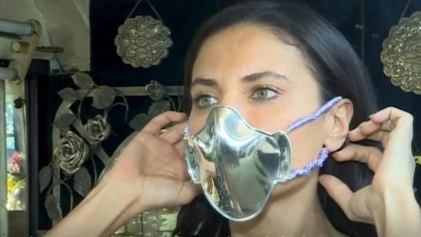 Schmied macht Corona-Masken aus Gold
