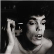 """Unmännlich? Ein junger Mann schminkt sich. Ein Foto aus der Ausstellung """"Masculinities""""."""