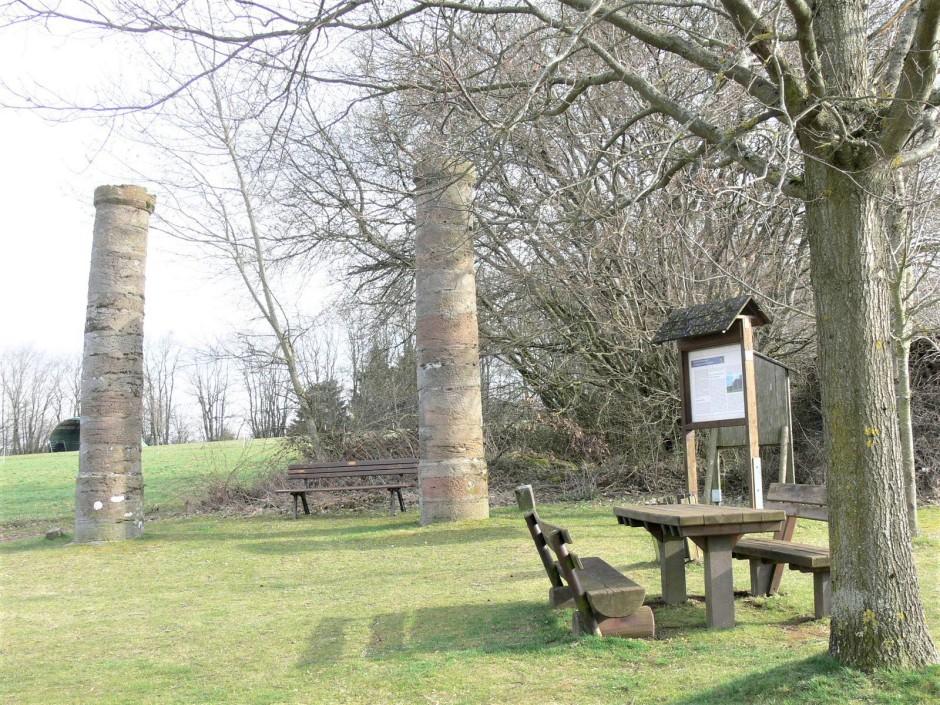"""Fast ein Idyll – der Galgen bei Hopfmannsfeld im Vogelsberg. Die Sandsteinsäulen von 1707 werden durch die """"Staatlichen Schlösser und Gärten Hessen"""" als eines ihrer knapp 50 Objekte betreut."""