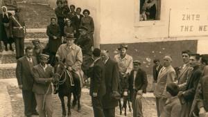 Konrad Adenauer war schon 78 Jahre alt, als er den Griechen 1954 einen Besuch abstattete. Auf der Insel Santorin nutzte er einen Esel als Fortbewegungsmittel