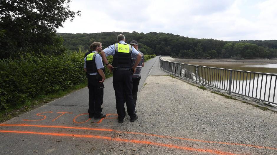 Euskirchen: Polizisten und Ingenieure stehen auf der Staumauer der Steinbachtalsperre.